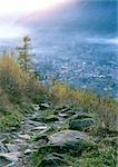 Chemin rocheux surplombant la ville dans les montagnes