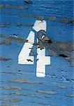 texte 4, peint au pochoir sur la surface du bois avec la peinture écaillée