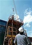 Travailleur en regardant l'homme sur un échafaudage, faible angle vue