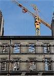Bâtiment en construction, grue en arrière-plan