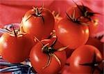 Haufen von roten Tomaten mit grünen Stielen, Nahaufnahme
