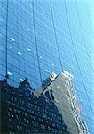 Gebäude spiegelt sich in den Fensterscheiben der Wolkenkratzer