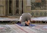 Homme musulman Israël, Jérusalem, prière dans la mosquée, vue arrière, floue