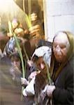 Israël, Jérusalem, femmes tenant des feuilles de palmier le dimanche des rameaux, flou.