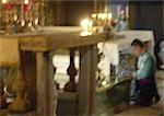 Homme d'Israël, Jérusalem, à genoux à l'autel, floue.