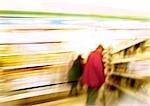 Personnes à la recherche en supermarché, floue