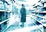 Personne debout dans l'allée au supermarché, floue