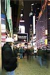 Scène de trottoir sur Broadway à New York City regardant du Nord à Times Square
