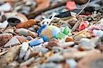Globe terrestre entouré et presque couverte par les tas d'ordures