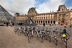 Vélos au Musée du Louvre, Paris, France