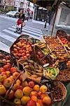 Stand de fruits au marché en plein air