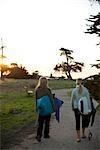 Frauen, die Bretter, Steamer Lane, Santa Cruz, Santa Cruz County, Kalifornien, USA