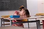 Schulmädchen schlafen in der Rezeption