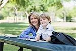 Porträt von Mutter und Sohn, die Hausaufgaben im Park