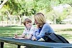 Mutter und Sohn, die Hausaufgaben im Park