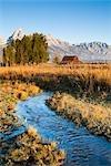 Stream an John Moulton Scheune vor Grand Teton, Mormon Zeile, Jackson Hole, Grand-Teton-Nationalpark, Wyoming, USA