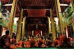 Moines en prière, Wat Manorom, Luang Prabang, Laos