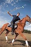 Junger Mann spielen Polo, Brush Prairie, Washington, USA