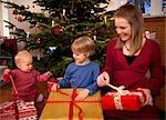 Junge, Kind, präsentiert Mädchen mit Weihnachten