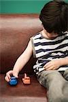 Enfant jouant avec les autos