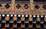 Un jeune moine fréquentant le Punakha Dzong (monastère) observe par une balustrade très décorée. Au confluent des rivières Pho-chu et Mo-chu, XVIIe siècle joliment situé Punakha Dzong qui fut la capitale d'hiver efficace du Bhoutan depuis 300 ans, jusqu'en 1964. Le premier roi du Bhoutan, Ugyen Wangchuck fut couronné à Punakha Dzong en décembre 1907