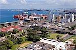 Salvador de Bahia, Brésil. La ville de Salvador regardant vers le bas de la Cidade Alta, ou la ville supérieure, vers le bas sur la zone du port moderne avec ses postes d'amarrage et d'expédition.