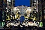 Architecture moderne à Tsinghua Science Park, Wudaokou District, Beijing, Chine. Statue de taureau réalisé par Li Keren en 1986.