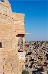Indien, Rajasthan, Jaisalmer. Jaisalmer Fort - Turm der wichtigsten 'Leben' Festung erbaut 1156 durch den Herrscher Bhati Rajput Jaisal und Balkon. Es liegt auf Trikuta Hügel und war Schauplatz vieler Schlachten, mit Blick auf die moderne Hauptstadt setzte sich aus darunter liegenden Verteidigungen.