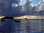 Pêcheurs énoncée au lever du jour dans leur métier en bois traditionnel, appelé en Swahili Ki mashua, à pêcher au-delà de la barrière de corail, qui se trouve à moins d'un kilomètre au large. Le récif leur confère une protection de haute mer de l'océan Indien pendant les vents de la mousson.