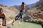 Oman, montagnes de Hajar de Western, Wadi Bani. Jeunes garçons ont un grand temps jouant dans un trou d'eau du village dans le village distant de Bilad Sayt.
