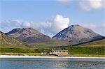GlenBatrick Lodge surplombe la rive sable blanc de Tarbert Loch sur le côté ouest du Jura. Soutenu par les Paps of Jura et magnifiquement isolé, la loge est uniquement accessible par bateau ou par une promenade de cinq heures.