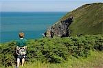 Au Royaume-Uni, pays de Galles, Pembrokeshire. Un jeune garçon donne de la tête de Dinas sur une promenade le long du sentier côtier du Pembrokeshire.