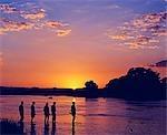 Zambie, parc national du Sud Luangwa. Walking safari traverse la rivière Kapamba au coucher du soleil