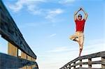 Man balancieren auf hölzerne Geländer, Honeymoon Island, Florida, USA