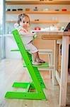 Petite fille dans sa chaise haute lors de son premier anniversaire