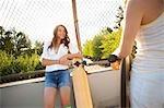 Zwei Frauen mit langen Skateboards, Portland, Oregon, USA