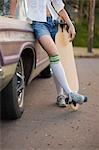 Frau hält Skateboard, Portland, Oregon, USA