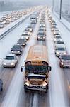 Bumper to Bumper le trafic sur l'autoroute 401 en hiver, Ontario, Canada