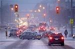 Verkehr an Kreuzung am stark befahrenen Straße im Winter Wilson Avenue, Toronto, Ontario, Kanada