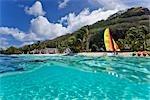 Voilier sur la plage, Motu Toopua, Bora Bora, Tahiti, Polynésie française, Océanie