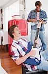 Hommes jouant de la guitare électrique et ukulélé