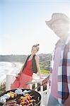 Mann und Frau stärker Barbecue mit Meer im Hintergrund