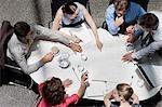 Direkt über Geschäftsleute auf Schreibarbeit Konferenz zeigt Tabelle treffen
