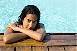 Femme dans l'eau au repos au bord de la piscine, portrait