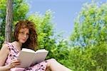 Jeune femme lisant en plein air, portrait