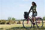 Vélo de femme jeune dans le parc