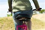 Femme vélo, recadrée vue arrière