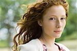Plein air jeune femme aux cheveux roux, portrait