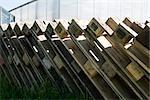 Palettes en bois s'appuyant les unes contre les autres