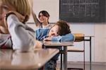 Schüler schlafen in Klasse